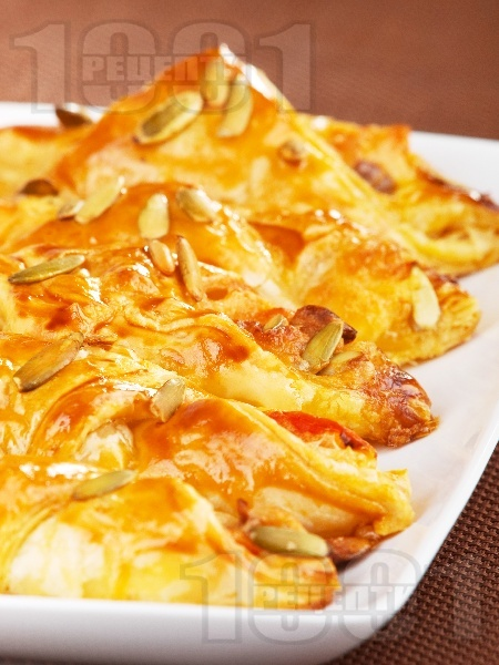 Италиански банички с бутер тесто, домати, сирене моцарела и маслини за закуска - снимка на рецептата